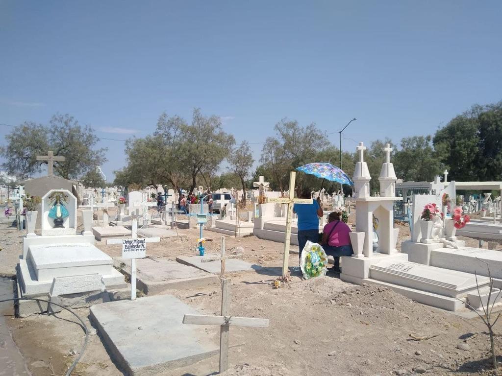 Visitan a madres fallecidas en panteones de Torreón. Noticias en tiempo real