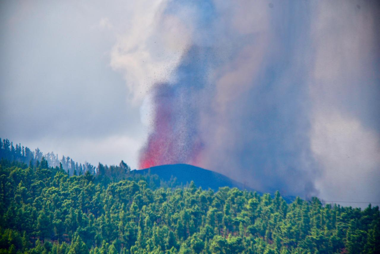 La Palma se prepara para explosiones y gases por la lava al mar. Noticias en tiempo real