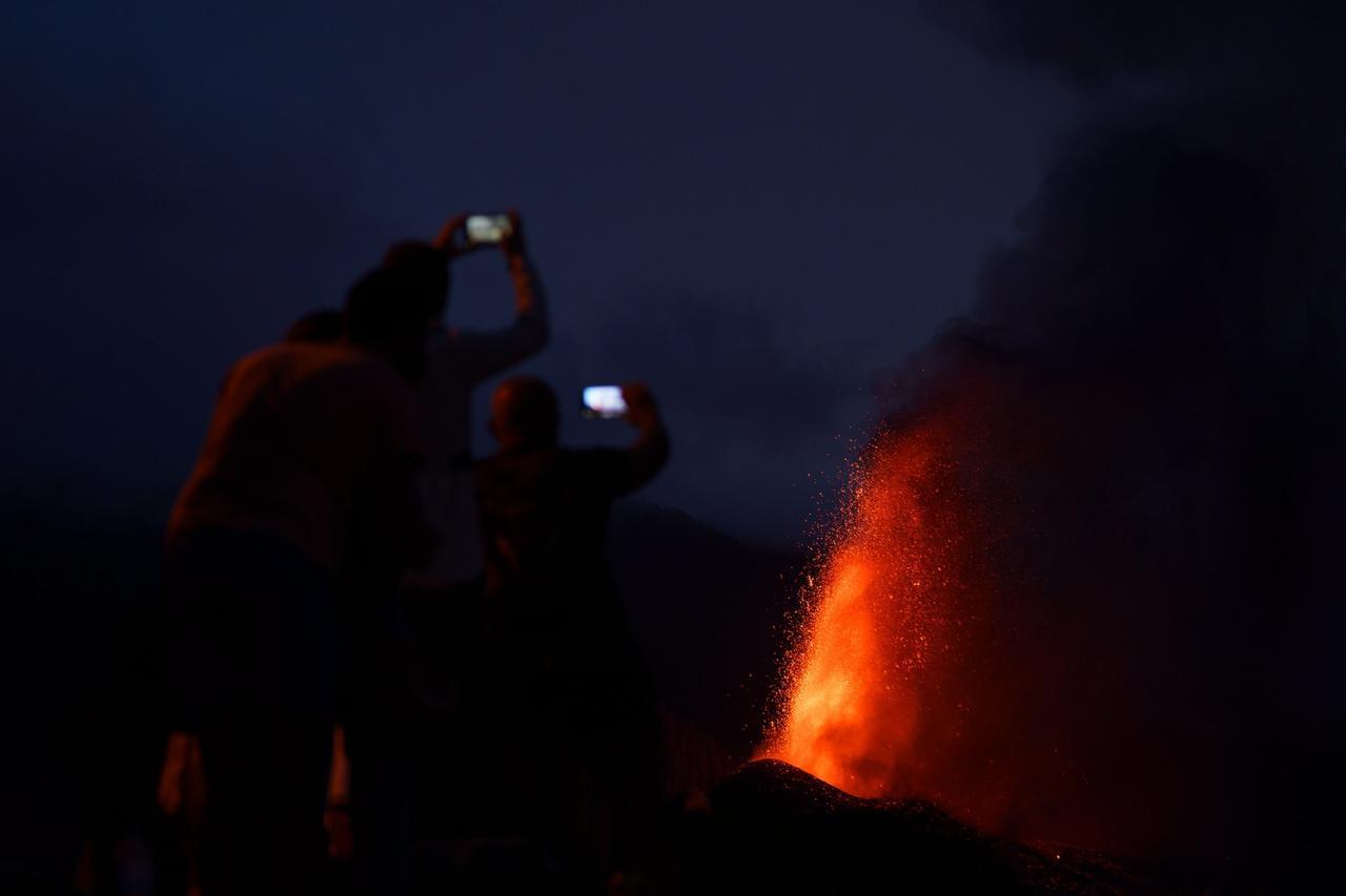La erupción volcánica en la isla española de La Palma atrae a turistas. Noticias en tiempo real