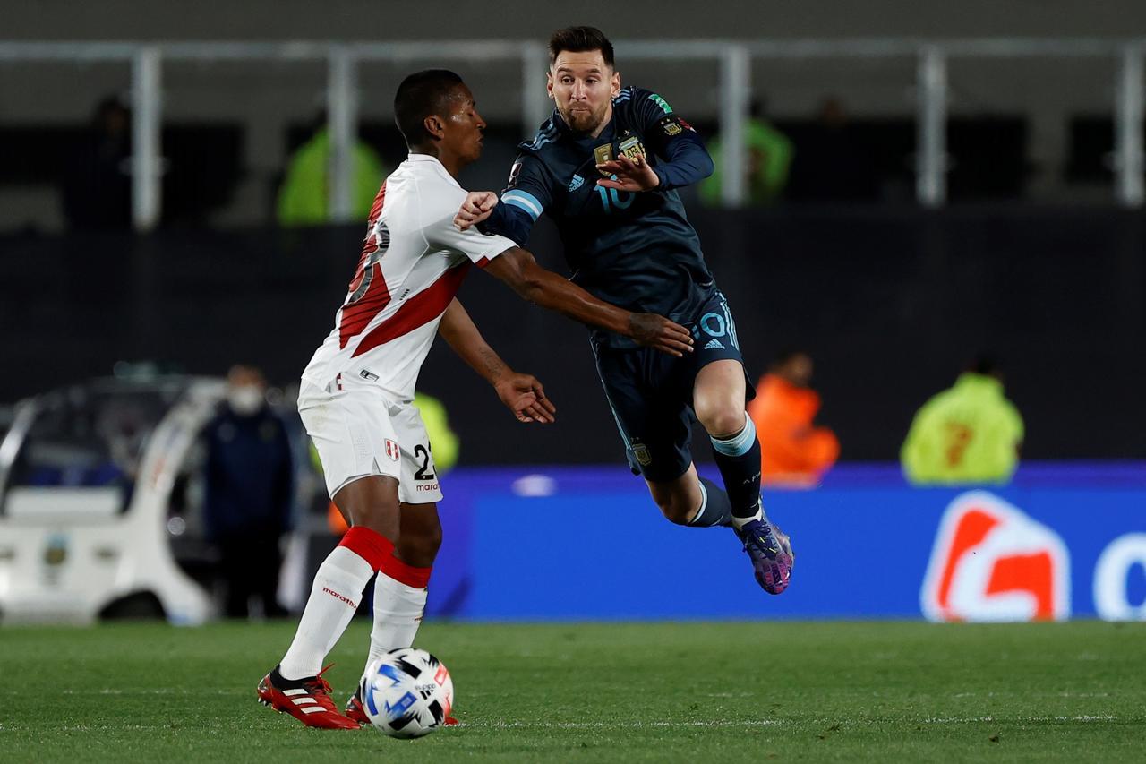 Scaloni pondera el triunfo ante Perú y Messi critica al árbitro. Noticias en tiempo real